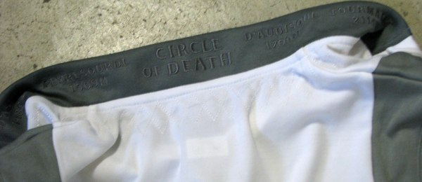Close-up of the collar of the circle of death jersey ... embroidered on it are the four climbs and their height in meters. Awesome! (click to enlarge)
